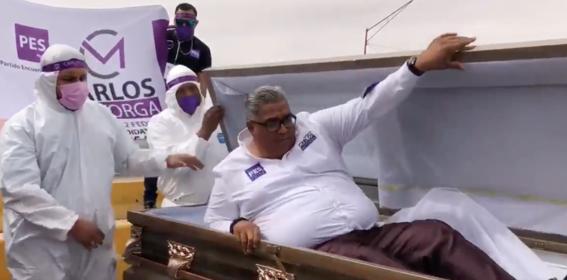 Político mexicano sale de ataúd como parte de su campaña